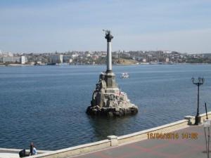 Памятник затопленным кораблям - символ Севастополя.