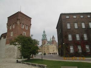 Обширная территория королевского дворца.